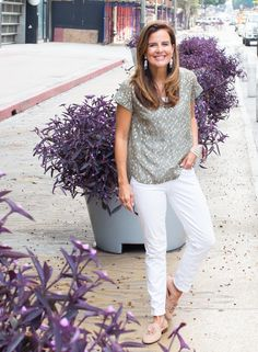 Transitioning to Fall with White Jeans | Blush Pink Mules | Mom Fashion | MomTrends.com | #fallfashion