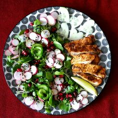 waterkers, radijs, oregano ovengebakken kip, granaatappel, komkommerroosjes, olijfolie | made by Barbje