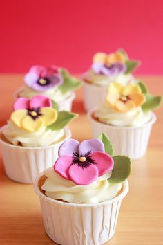 Cake decorating may be a superb interest and is a terrific way to express your imagination. Cake decorating can be a great deal of fun and quite rewarding, even if you believe that you enjoy it well enough it's possible to turn into a Cupcakes Flores, Floral Cupcakes, Pretty Cupcakes, Floral Cake, Yummy Cupcakes, Bolo Fondant, Fondant Cupcake Toppers, Cookies Cupcake, Cupcake Boutique