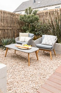Stunning Bamboo Fence Decor Ideas You Can Add For Your Home – Home Design Outdoor Lounge, Outdoor Rooms, Outdoor Tables, Outdoor Living, Outdoor Decor, Outdoor Patios, Patio Design, Garden Design, Home Design