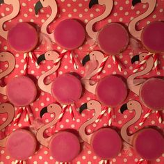 Hoera Kleine Zus is jarig en mag trakteren. We kozen voor de Flamingo traktatie met roze koek. Niet zo gezond, maar wel makkelijk te maken, lees maar hoe