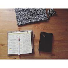 2016.8.11 thu ・ ・ 来年の手帳、気が変わらなければこの2冊をベースに、あとは育児日記用の手帳をどれにするか悩むくらい それ以外はノートで済ませたい 来年こそは手帳をもっとシンプル化したい!(希望) ・ 問題はこの後のほぼ日の誘惑に勝ちきれるかどうか! ・ ・ 5月から使っているサジェスがかなり私の使い方にフィットしていてやっぱりお気に入りです♡ なんていう紙かわからないけどトモエリバー並に薄いのにトモエリバーの私の嫌いな部分が全くない!ので、紙もまた好き♡ ・ ・ #手帳 #手帖 #博文館 #サジェス #能率手帳 #能率手帳ゴールド #nolty #diary #journal #planner