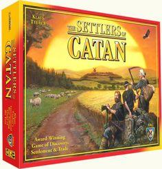 Settlers - Det taktiske spil om handel og magt  Et utrolig populært spil fra Claus Teuber, som er solgt i millioner af eksemplarer verden over. Spillet går overordnet ud på at handle sig til magt, og man handler med råstoffer, som kan bruges til at bygge byer og veje på spillepladen, som er et kort. Settlers of Catan startopstilling