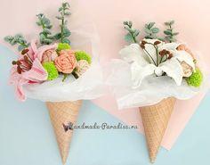 Букет вязаных крючком лилий с розами (2) Crochet Bouquet, Crochet Flowers, Planting Flowers, Plant Leaves, Crochet Patterns, Lily, Roses, Handmade, Mini Bag
