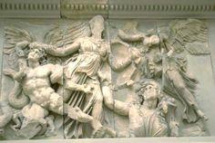 """Pergamon-alteret, Berlin.  Fra 170-156 f.vt.  Relief (frise), ekspressionistisk, voldsomme bevægelser.   Hellenistisk tid.  (Perspektivering til Parthenonfrisen og til Michelangelos """"Dagen"""" samt Berninis barokfigur """"Apollon-Dafne-gruppen"""" som har bevægelse men ikke er ligeså voldsom)"""