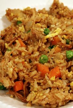 YUM! The one of a kind healthy Skinny Mom, Skinny Chicken Fried Rice! Re-pin and save for when your craving chinese food, but want to save your waistline from increasing!