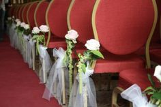 Stoelversiering bloemen en tule bruiloft