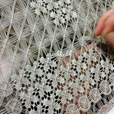 Hier worden draden getrokken uit een linnen weefsel, zowel horizontaal als verticaal en Drawnwork, diagonaal worden draden werden toegevoegd. Daarna worden geometrische motieven geweven, net zoals in de Nanduti kant. laat 19e eeuw