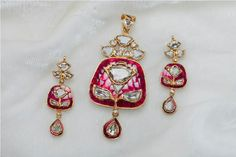 A big part of Bridal & Trousseau shopping is the Jewellery. Myshaadi spoke to Bridal Jewellery designer Preeti Jain who tells us how brides should about planning their bridal jewellery shopping India Jewelry, Gems Jewelry, Jewelery, Mughal Jewelry, Bridesmaid Jewelry, Wedding Jewelry, Gold Jewellery Design, Jewelry Patterns, Jewelry Collection