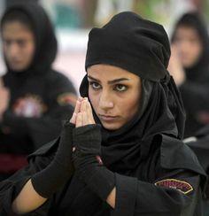 Iran Ninjutsu Kunoichi, escuela de kunoichis en posición de saludo de rodillas