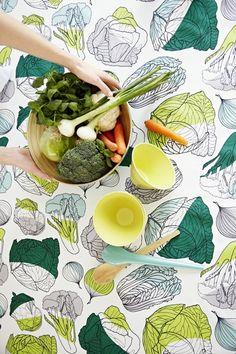 「Finlayson」の《Kubis》。  野菜一が散りばめられた、テーブルクロスは、キッチンの片隅のテーブルで使いたい。