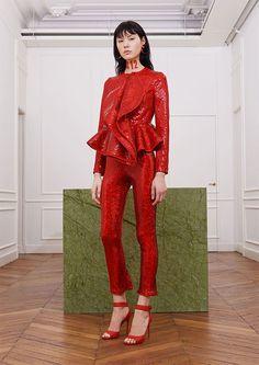 A marca reuniu 27 looks incríveis entre os 12 anos que o estilista passou na marca e os transformou em peças vermelhas!