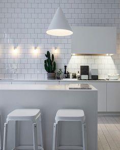 Home of Lotta Agaton - all white kitchen All White Room, All White Kitchen, White Rooms, Scandinavian Kitchen, Scandinavian Modern, Cocinas Kitchen, Style Deco, Kitchen Images, Kitchen Designs