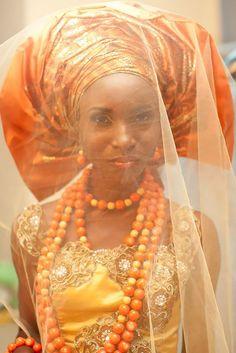Las novias nigerianas a menudo llevan ropa de boda de colores alegres. También, a menudo, llevan un adorno de cabeza, llamado Gele.