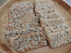Zelf Knäckebröd maken is leuk om te doen en bovendien kun je zelf lekker variëren.Vervang volkorenmeel ook eens door rogge- of speltmeel.
