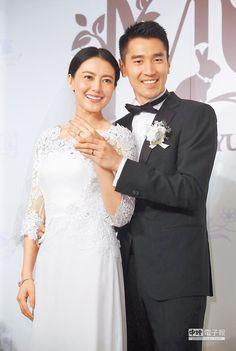 趙又廷(右)與高圓圓昨辦婚宴,幸福洋溢。(粘耿豪攝)