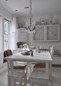 NYE BILDER gamle møbler og interiør i shabby chic, vintage stil