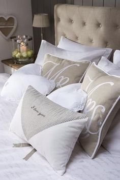 leuk die kussens op je bed de Mr and Mrs Throw Pillows van riviera maison