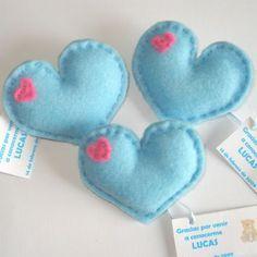 Corazones de fieltro sencillo como souvenirs de baby shower - http://manualidadesparababyshower.net/corazones-de-fieltro-sencillo-como-souvenirs-de-baby-shower/