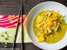 Coconut curry tofu with green apple, mango and peanuts [Vegan]
