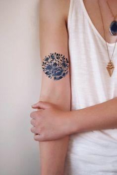 Tattoo mit wunderschönen blauen Blumen