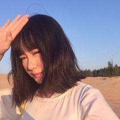 หั่นสั้นให้ได้ลุคชิค กับ ผมยาวประบ่า สไตล์ผู้หญิงเท่ผสมเปรี้ยว สวยเฉียบ ชิคกว่าใคร Korean Short Hair, Korean Girl, Asian Girl, Medium Hair Styles, Curly Hair Styles, Ulzzang Hair, Very Pretty Girl, Hey Girl, Korean Beauty