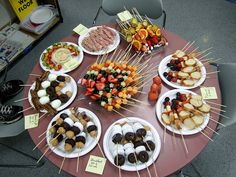 on a Stick Day How fun! Food On A Stick Day! I especially like the Breakfast On A Stick and Pizza On A Stick. Food On A Stick Day! I especially like the Breakfast On A Stick and Pizza On A Stick. Snacks Für Party, Appetizers For Party, Catering Food Displays, Fruit Displays, Comida Para Baby Shower, Food On Sticks, Kid Desserts, Reception Food, Festa Party