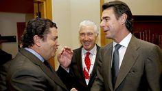 El ministro de Industria saluda al presidente de Endesa, Borja Prado, en un encuentro en IESE en febrero de 2013. EFE
