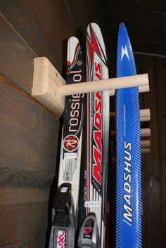 Skistativ til bod - Diverse - Stiltre Planner Stickers, Garage Storage, Vinyl, Skiing, Baseball, Cabin, Wood, Building, Decor