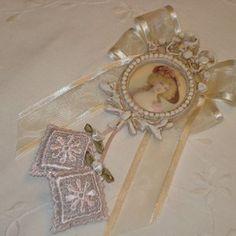 Pampille de clé shabby rose pastel et ivoire, petit médaillon et sachets parfumés