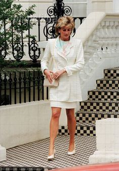 May 28, 1996: Princess Diana leaving her friend & Argentinian designer, Roberto Dvorik's house in Holland Park, London. Princess Diana Fashion, Princess Diana Family, Royal Princess, Princess Of Wales, Princesa Diana, Kate Middleton, Diana Williams, Prinz William, Elisabeth Ii