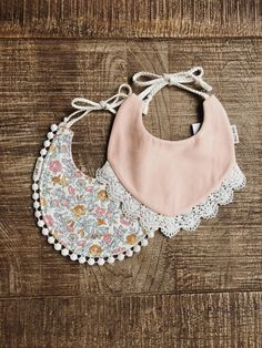 Related posts: Baby Girl Tutu and Barefoot Sandals Tutorial Tutorial: Baby boy's bow tie drool bib Unique Handmade Baby Bibs, Bows, Paci Clips and My Little Baby, Baby Kind, Baby Love, Billy Bibs, Handgemachtes Baby, Bib Pattern, Diy Bebe, Baby Sleepers, Baby Shop