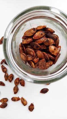 Lav dine egne ristede græskarkerner - nemt og nærmest gratis! Smager lige så godt som peanuts og kan bruges i supper, salater eller som snack!