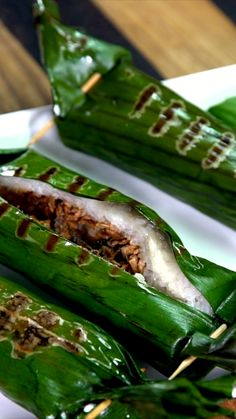 Lalampa as known as lemper (traditional food from Manado, North Sulawesi, Indonesia) Asian Recipes, Healthy Recipes, Diy Food, Food Hacks, Food Videos, Food And Drink, Easy Meals, Cooking Recipes, Yummy Food