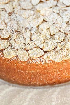 Almond Cake French Almond Cake - incredibly delicious and incredibly easy. One-bowl, no-mixer, just-a -few-minutes-to-throw together!French Almond Cake - incredibly delicious and incredibly easy. One-bowl, no-mixer, just-a -few-minutes-to-throw together! Food Cakes, Cupcake Cakes, Cupcakes, Rose Cupcake, Almond Recipes, Baking Recipes, Just Desserts, Dessert Recipes, French Desserts