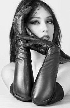 Elegant Gloves, Gloves Fashion, Long Gloves, Red Gloves, Black Leather Gloves, Leather Dresses, Fashion Poses, Sensual, Leather Fashion