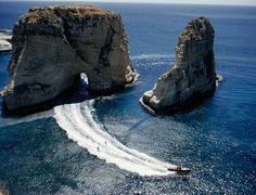 Praticantes de wakeboard, esporte aqu�tico praticado com uma prancha tipo snowboard, puxado por uma lancha, atravessam um t�nel de rocha na ba�a de St. George's, em Beirute, no L�bano. O esporte nasceu na d�cada de 1940 e se tornou modalidade dos Jogos Ol�mpicos em 2005