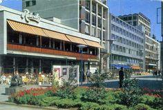 Lijnbaan Rotterdam (jaartal: 1960 tot 1970) - Foto's SERC Samen met vriendin flaneren over de Lijnbaan en een ijsje eten bij Ruteck's.