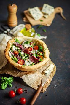 Je vous présente la pizza bowl. Un mélange de pizza et de salade bowl. Depuis plusieurs mois, c'est la folie des bowls, mais pourquoi ne pas préparer un bowl qui se mange ? Pizza Bowl, Quiche, Tacos, Brunch, Ethnic Recipes, Food, Simple Recipes, Cooker Recipes, Salty Tart