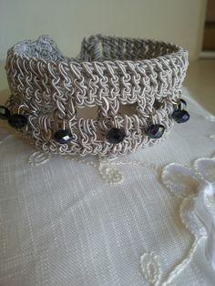Braccialetto con filato grigio e perline blu