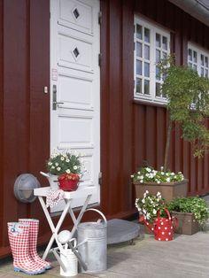 Google Image Result for http://www.wunderweib.de/media/redaktionell/wunderweib/wohnendeko/dekogastlichkeit_2/themenanlsse/skandinavien/diegrossefreiheit_07_09/schwedenhaus-eingang-mit-deko-600-800.jpg