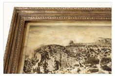 Graphikleiste Antik Gold 23,6 ct. Klassizistisches Rahmenprofil- Geschnitzt und graviert mit aufgelegtem schmalem Blattstab an der Innenkante. Hier für eine colorierte Photographie der Calanques zwischen Marseille und Cassis.