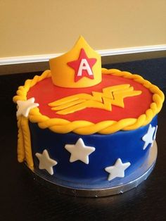 dc comics cake - Bing Images wonder woman cake - more gold than yellow Wonder Woman Kuchen, Wonder Woman Cake, Wonder Woman Party, Girl Superhero Cake, Superhero Birthday Party, Disney Cars Birthday, Batman Party, Boy Birthday Parties, 7th Birthday