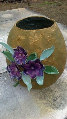 vaso de jornal com flores de pet