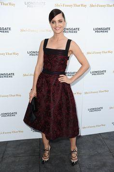 """Mena Suvari en la premiere de """"She's Funny That Way"""" en el Harmony Gold de Los Ángeles."""