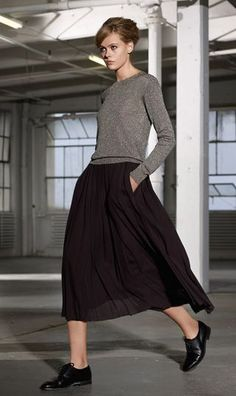 Fitted crew neck sweater and long pleated skirt. Black oxford shoes.