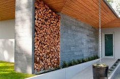 rangement bois de chauffage extérieur et chaîne de pluie près de l'entrée