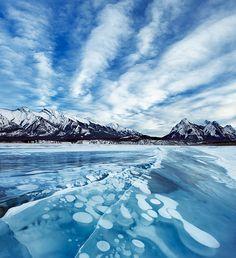 Un lago con burbujas congeladas en Canadá