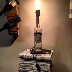 Per gli amanti del Campari....una volta bevuto non buttate la bottiglia.....  Forata lateralmente per il passaggio del cavo, una bella lampadina sferica in cima e una base di metallo rendono questa bottiglia di Campari una vera e propria lampada d'arredo.