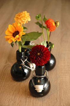 Kleinen Glasfläschen von www.servusmarktplatz mit Dahlien und Sonnenblumen. Shops, Vase, Home Decor, Dahlias, Sunflowers, Home And Garden, Autumn, Nice Asses, Tents